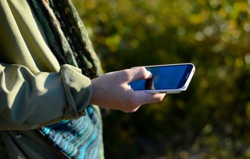 Mobiltelefon i handen