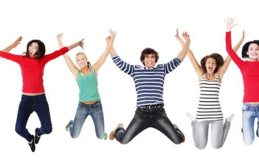Illustrativ bild hälsosamma ungdommar som hoppar