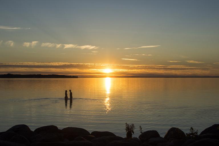 Par på strand i solnedgång